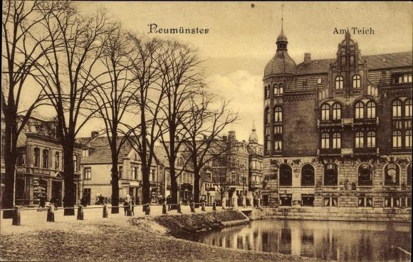 Ak Neumünster in Schleswig Holstein, Am Teich, Gebäude, Straßenpartie mit Geschäften