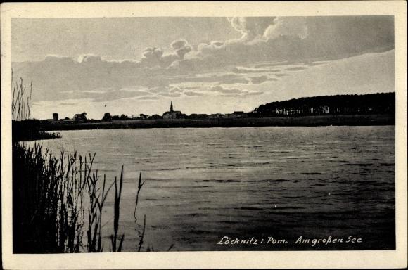 Ak Löcknitz in Mecklenburg Vorpommern, Am großen See, Panorama vom Ort