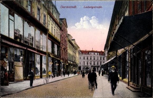 Ak Darmstadt in Hessen, Blick in die Ludwigstraße, Passanten, Geschäfte