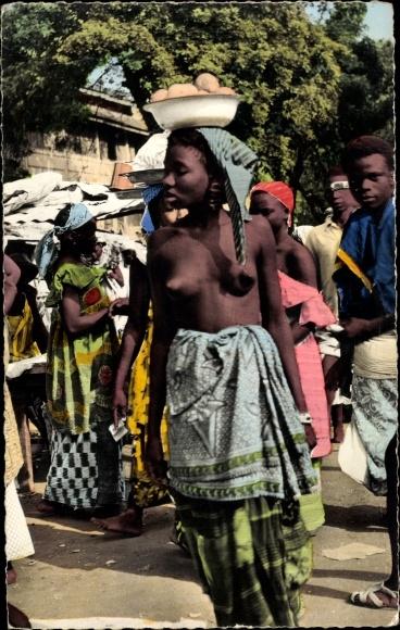 Ak Conakry Guinea, Scène de Marché, Einwohner in traditioneller Kleidung, Frau mit Schale