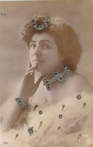 Glitzer Ak Frau in Kleid, Schmuck, Portrait, NPG 491/4