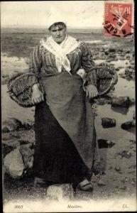 Ak Mouliere, Fischersfrau, Portrait am Strand mit Körben