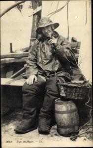 Ak Marin, Fischer auf Fischerboot, Tabakpfeife, Portrait