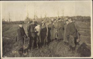 Foto Ak Deutsche Soldaten in Uniformen, russische Soldaten, Gruppenbild