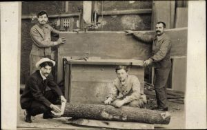 Foto Ak Tischler beim Zusägen von Holz, Baumstamm