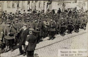 Foto Ak Erfurt in Thüringen, Transport französischer Kriegsgefangener nach dem Lager in Erfurt