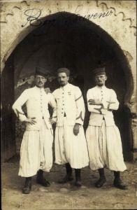 Foto Ak Drei französische Zuaven in weißen Uniformen