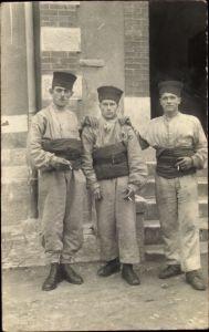 Foto Ak Drei französische Zuaven in Uniformen