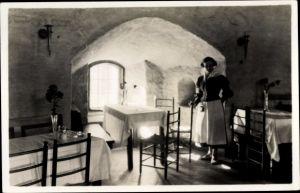 Ak Wyborg Wiborg Viipuri Russland, Speisesaal im Schloss, Frau in Tracht