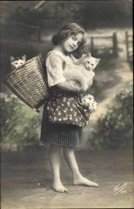 Ak Mädchen mit Katzen in Korb, Portrait, Blumen