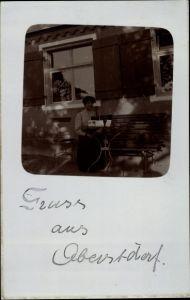 Foto Ak Oberstdorf im Oberallgäu, Frau auf Bank sitzend