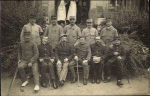 Foto Ak Verwundete Französische Soldaten in Uniformen