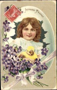 Präge Litho Glückwunsch Ostern, Mädchen, Küken, Schlüpfen aus Osterei, Veilchenstrauß