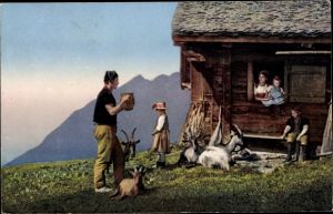 Ak Bauernhaus, Ziegen, Mann, Frau, Kinder, schweizer Volkstrachten