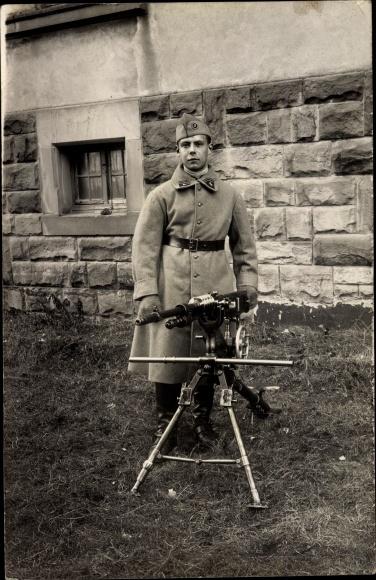 Foto Ak Französischer Soldat in Uniform mit Maschinengewehr, Kragenspiegel 3