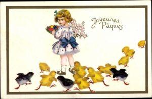Ak Glückwunsch Ostern, Mädchen mit Ostereierschale, Blumen, Küken