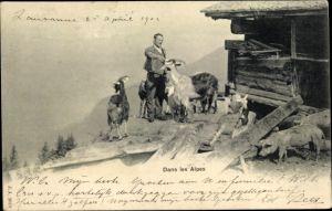 Ak Dans les Alpes, Mann, Ziegen, Bauernhaus, Hirte