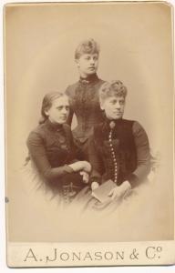 Foto Drei Frauen in Kleidern, Portrait, Fotoatelier A. Jonason & Co.