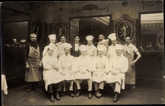Foto Ak Gruppenbild mit Köchen in Arbeitskleidung
