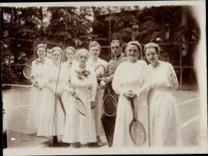 Foto Gruppenportrait, Junge Frauen Tennisplatz