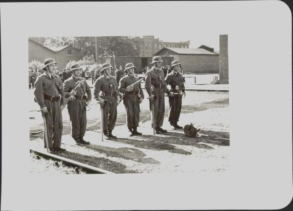 Foto Feuerwehrmänner in Arbeitskleidung, Löschschläuche, Axt