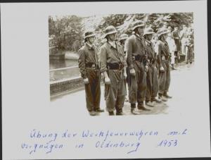Foto Feuerwehrmänner in Dienstkleidung, Helme, Gürtel, Übung der Werkfeuerwehren in Oldenburg 1953