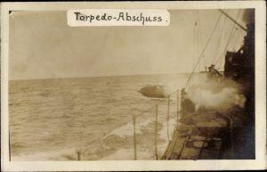 Foto Ak Torpedo Abschuss, deutsches Kriegsschiff