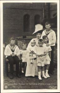 Ak Großherzogin Mutter Anastasia von Mecklenburg Schwerin, Portrait mit ihren 6 Enkeln