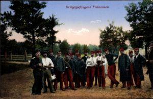 Ak Kriegsgefangene Franzosen, Gruppenbild, Deutscher Soldat
