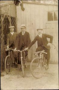Foto Ak Drei Männer auf Fahrrädern, Portrait