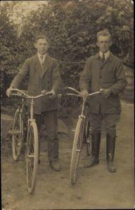 Foto Ak Zwei Männer mit Fahrrädern, Portrait