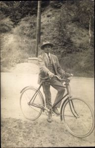 Foto Ak Mann mit Fahrrad, Portrait, Anzug