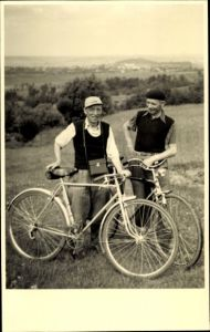 Foto Ak Zwei Männer mit Fahrrädern, Portrait, Ausflug