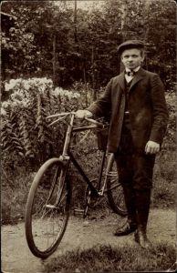Foto Ak Mann mit Fahrrad, Portrait, Blumen