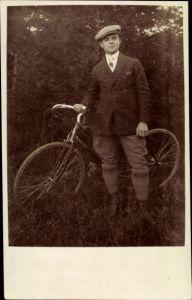 Foto Ak Mann mit Fahrrad, Portrait
