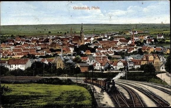Ak Grünstadt in Rheinland Pfalz, Totalansicht vom Ort, Kirche, Bahnschienen, Eisenbahn