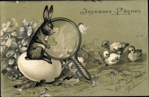 Präge Litho Glückwunsch Ostern, Hase sieht sich Küken durch eine Lupe an, Osterei