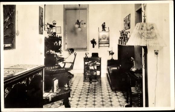 Foto Ak Amateurfunkstudio, Mann mit seinen Geräten