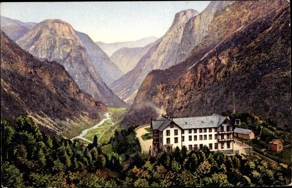 Ak Stalheim Norwegen, Blick auf das Hotel, Berge