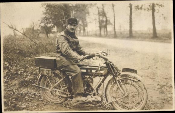Foto Ak Mann auf einem Motorrad, 478351149