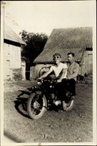 Foto Zwei junge Männer auf einem Motorrad, Bauernhof