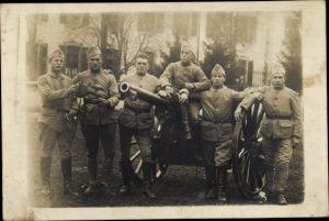 Foto Ak Französische Soldaten, Portrait mit Geschütz