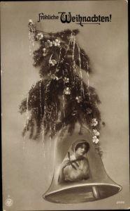 Ak Frohe Weihnachten, Glocke, Tannenzweig mit Lametta, Christrosen, Frauenportrait