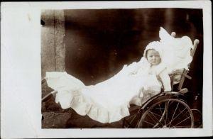 Foto Ak Kleinkind in einem Kinderwagen, Portrait