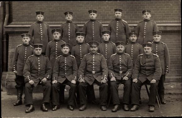 Foto Ak Gdańsk Danzig, Gruppenbild mit Soldaten in Uniform