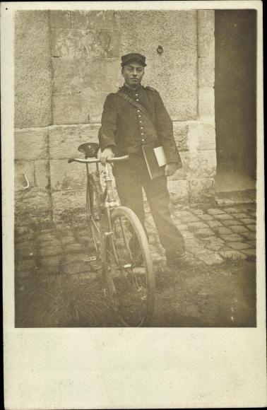 Foto Ak Französischer Briefträger mit Fahrrad
