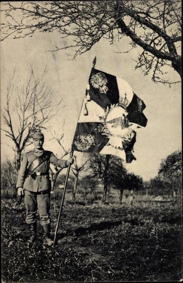 Ak Deutscher Soldat in Uniform mit Regimentsflagge, I. WK