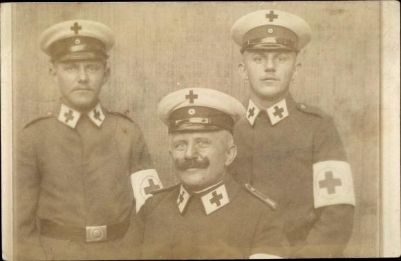 Foto Ak Militärärzte, Sanitäter in Uniform, Rotes Kreuz, Gruppenbild