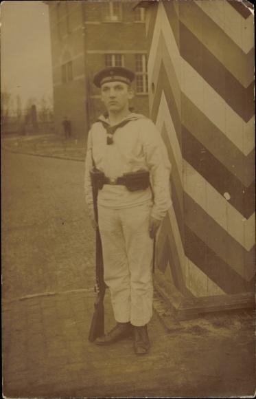 Foto Ak Deutscher Matrose in Uniform, Gewehr