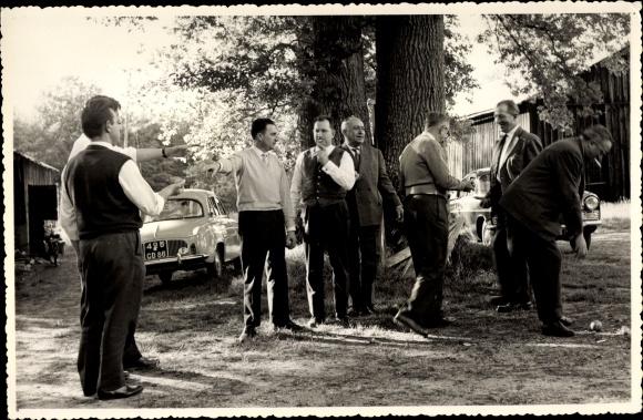 Foto Ak Männer spielen Boule, Autos